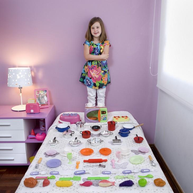 ילדים עם צעצועיהם: ילדה עם סט צעצועי כלים