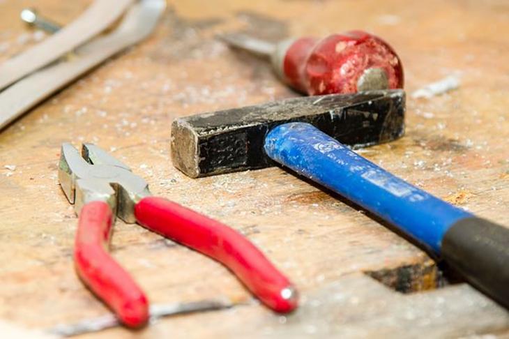 כיצד לתקן 10 בעיות בבית בעצמכם: כלי עבודה