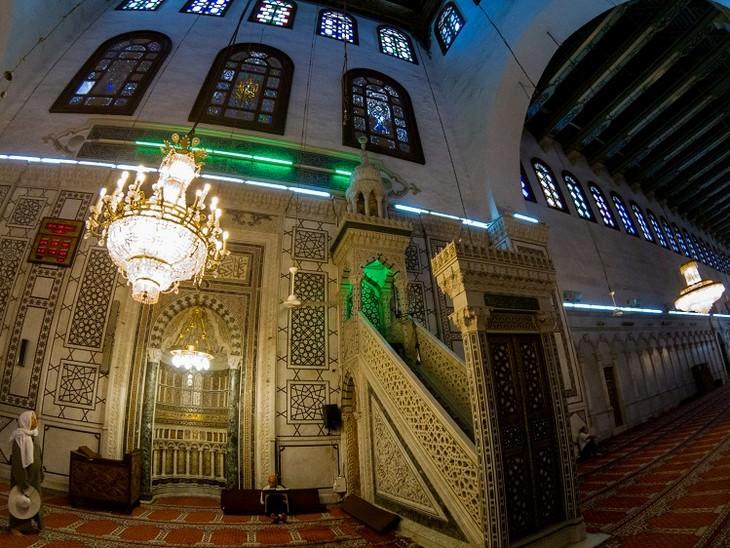 תמונות מסוריה: המינבר, דוכן במסגד שעליו עומד האימאם כדי לשאת דרשות ומשמאלו ניתן לראות את המיחרב, גומחה בקיר המצביעה על כיוון התפילה לעבר מכה.