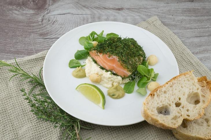 9 דברים שיעזרו לכם לרדת במשקל בזמן השינה: צלחת עם דג סלמון וירקות