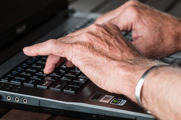 לימוד הקלדה עיוורת: אדם מקליד על מקלדת מחשב