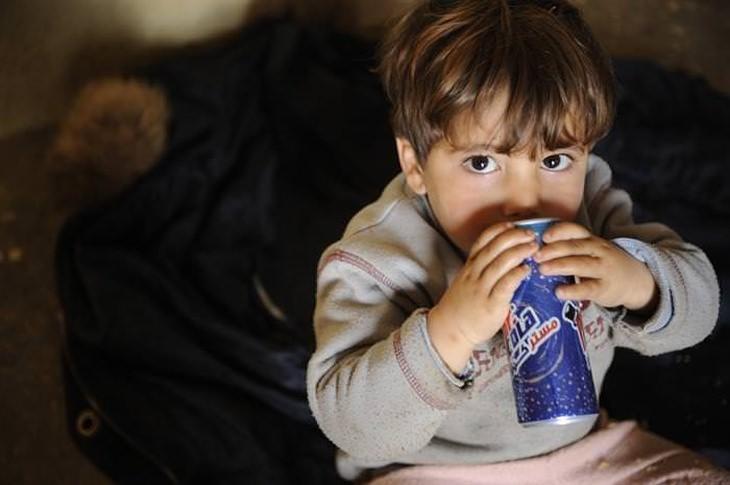 מזונות שמומלץ להימנע מהם לשמירה על עור צעיר: ילד שותה מפחית