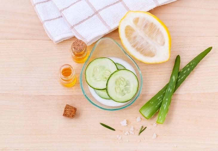 תכשירים קוסמטיים טבעיים מבוססי מלפפון: ערכה לטיפול בעור בה יש מלפפון, אלוורה, לימון וגרגירי מלח