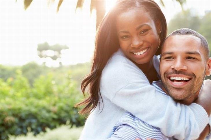 מזונות שמומלץ להימנע מהם לשמירה על עור צעיר: זוג צעיר מחובק ומחוייך