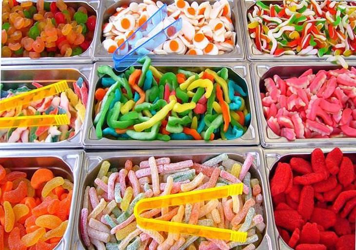 מזונות שמומלץ להימנע מהם לשמירה על עור צעיר: ממתקים