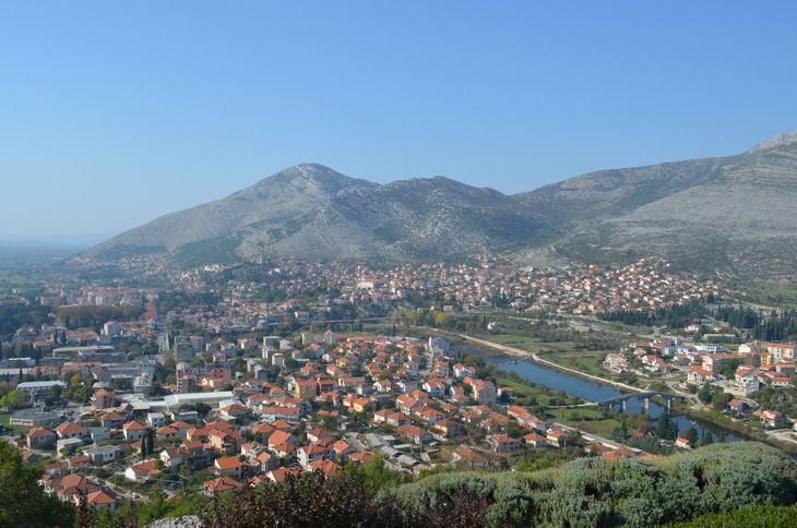 אתרים בבוסניה והרצגובינה: תצפית על העיר טרבינייה ונהר טרבישניצה שחוצה אותה