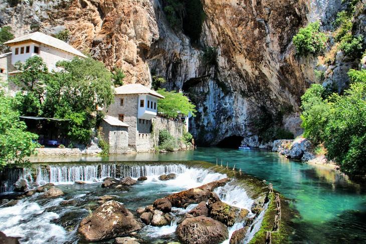 אתרים בבוסניה והרצגובינה: מנזר הדרווישים ונקרת הנהר בבלאגאז'