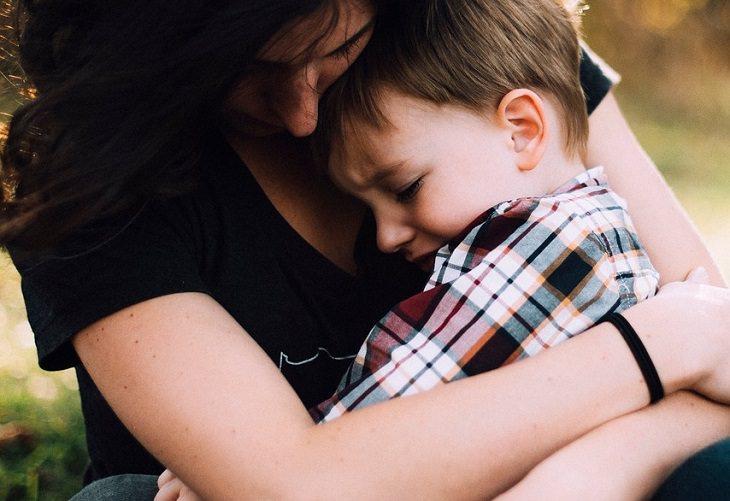 עצות להורים מפי מחברי רבי מכר: ילד בוכה בחיק אימו