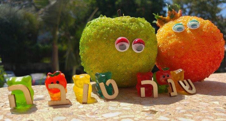 """ברכה לשנה החדשה: שני תפוחים והמילים """"שנה טובה"""""""