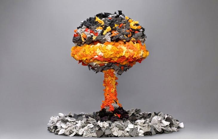 יצירות מחומרים ממוחזרים: ענן פטריה של פצצת אטום מבגדים ישנים