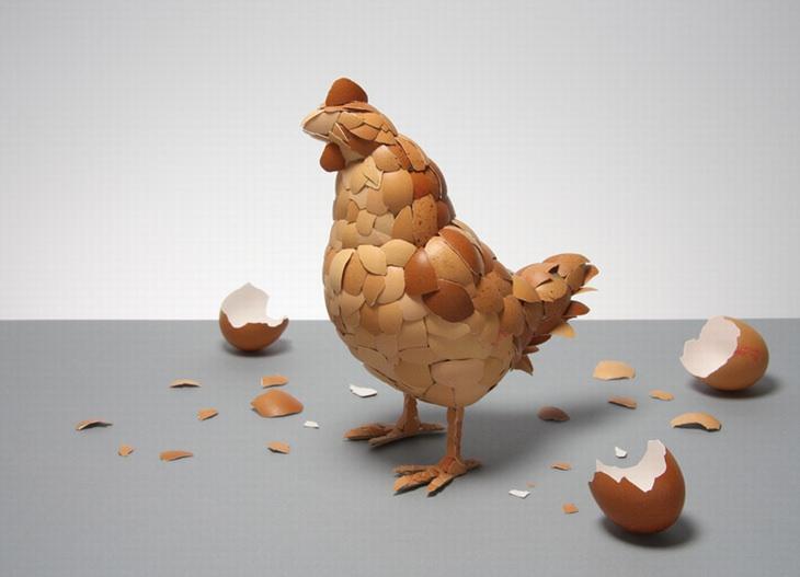 יצירות מחומרים ממוחזרים: תרנגולת שעשויה מקליפות ביצים