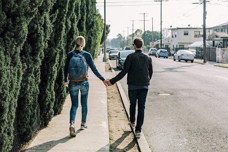 איך לפתור מערכות יחסים תלותיות: זוג הולך ברחוב ומחזיק ידיים