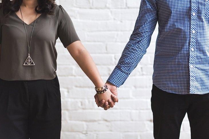 איך לפתור מערכות יחסים תלותיות: זוג עומד ומחזיק ידיים