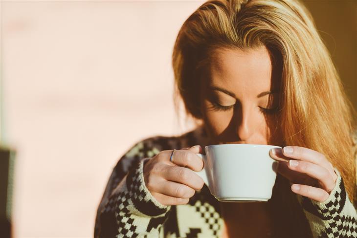 טכניקות מיינדפולנס: אישה שותה משקה חם