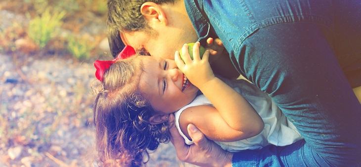 חרטות של הורים: אב מחבק את ילדתו ומניף אותה באוויר