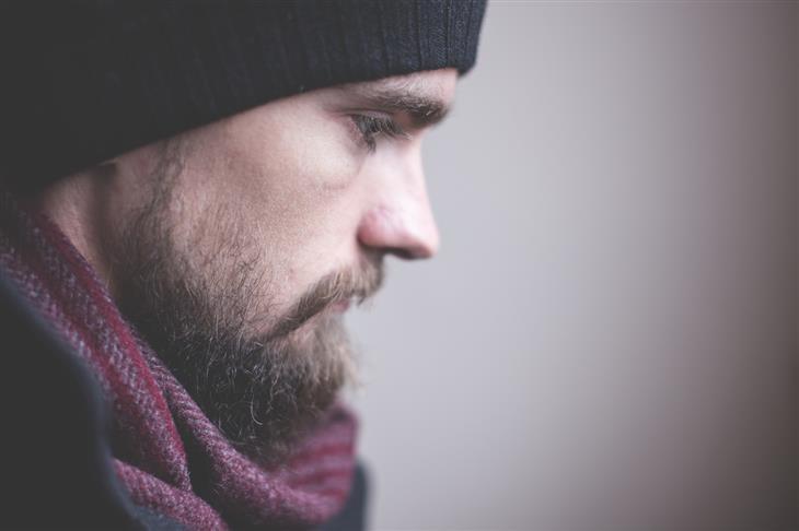 סיבות לדכדוך לא מוסבר: פרופיל של איש בלבוש חורפי