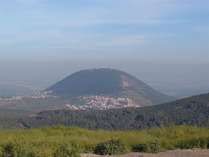 אתרי טבע ומסלולים בעמק יזרעאל והסביבה: הר תבור מצולם מכיוון נצרת עילית