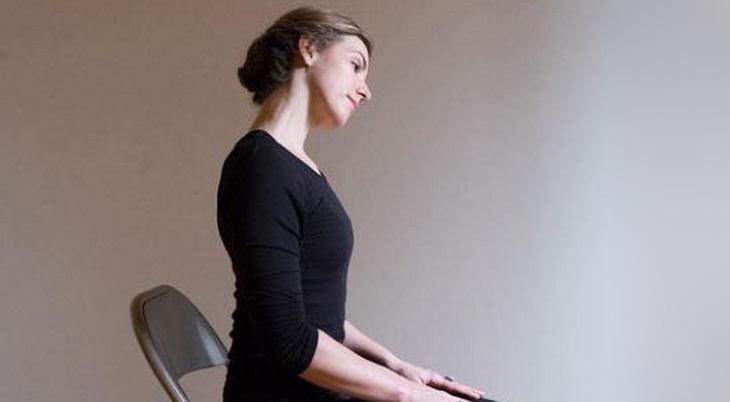 איך למנוע כאבי צוואר שנוצרים בשינה: אישה עושה מתיחות לצוואר