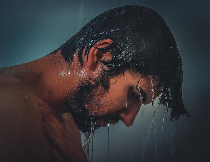 איך למנוע כאבי צוואר שנוצרים בשינה: גבר מתקלח