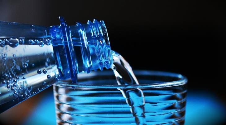 טיפים ומאכלים לשמירה על טחול בריא: מזיגת מים מבקבוק לכוס