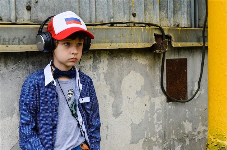 איך להתמודד עם שינויי מצב רוח אצל ילדים: ילד עם אוזניות