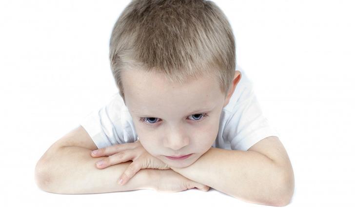 איך להתמודד עם שינויי מצב רוח אצל ילדים: ילד עצוב