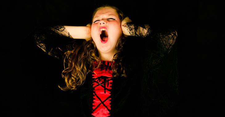 איך להתמודד עם שינויי מצב רוח אצל ילדים: ילדה צועקת בהיסטריה