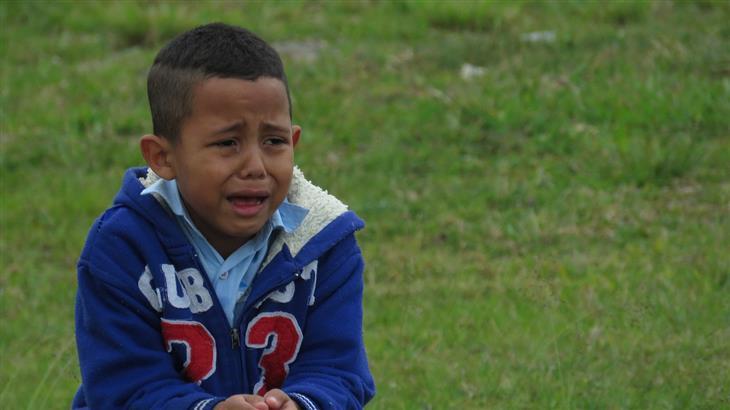 איך להתמודד עם שינויי מצב רוח אצל ילדים: ילד בוכה