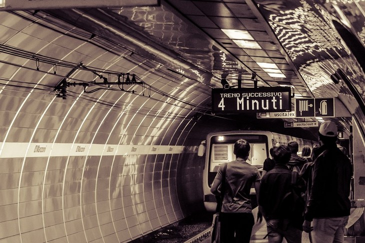 פרשנות לחלומות נפוצים: אנשים עומדים ברציף תחנת רכבת תחתית וברקע הרכבת נוסעת