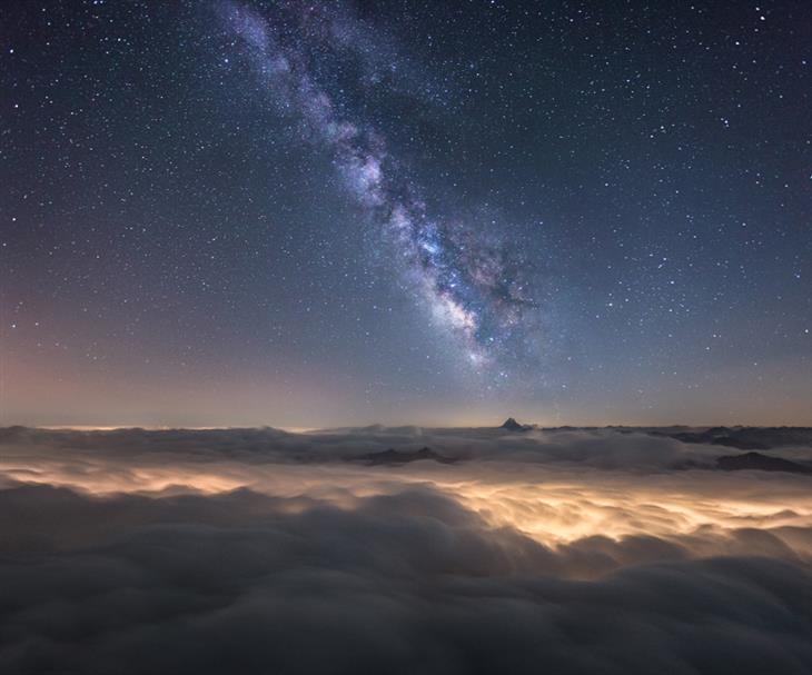 תמונות ליליות של האלפים: שביל החלב מעל ים העננים