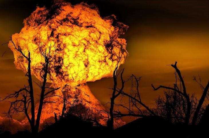 פרשנות לחלומות נפוצים: עצים חשופים וברקע פיצוץ אש גדול