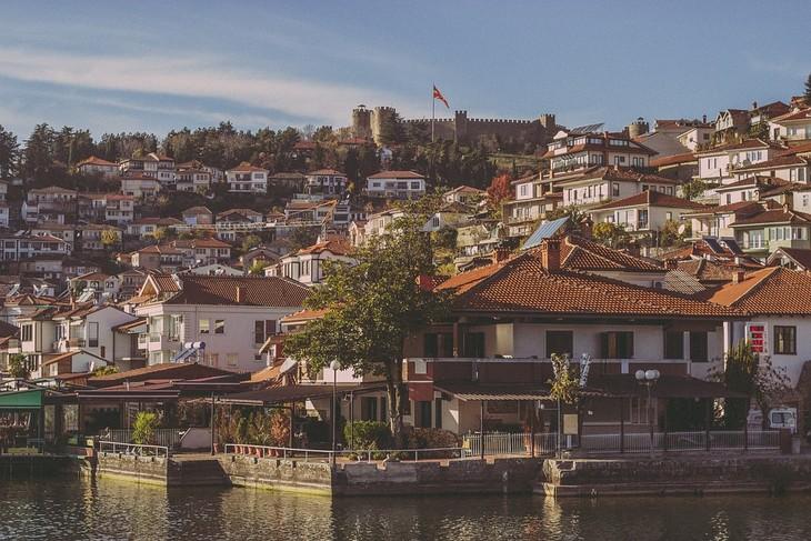יעדים במקדוניה: מבט מהאגם לעיר אוחריד