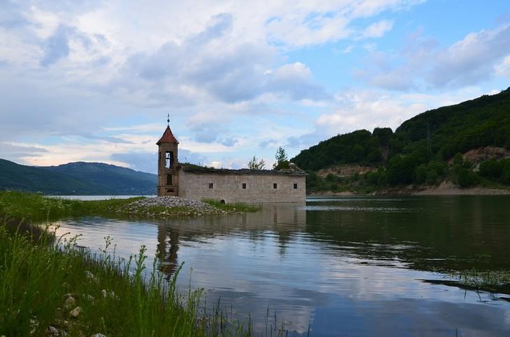 יעדים במקדוניה: כנסיית סיינט ניקולס באגם אוחריד