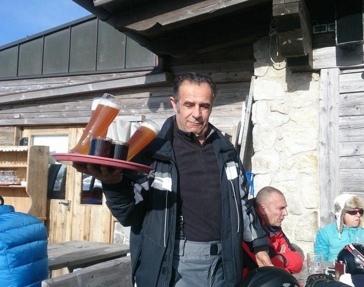 תמונות שצולמו ברגע הנכון: איש סוחב מגש עם 2 כוסות בירה שנוטות ליפול