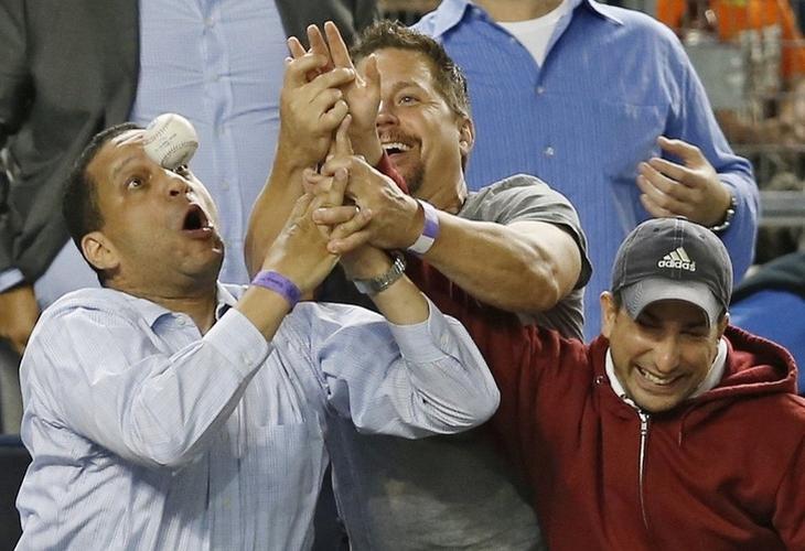 תמונות שצולמו ברגע הנכון: שלושה אנשים עם אצבעות שלובות יחדיו שמנסים לתפוס כדור