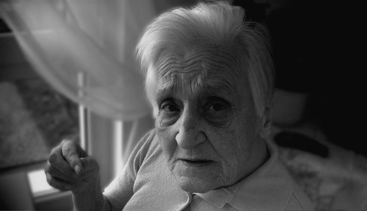 יתרונות בריאותיים של קנאביס: אישה קשישה