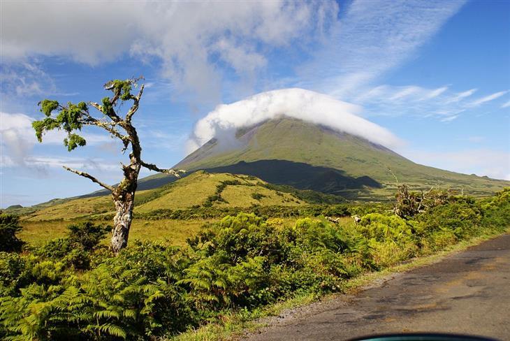 תמונות יפות מויקיפדיה: כיפת עננים מעל הר הגעש פיקו שבאיים האזוריים