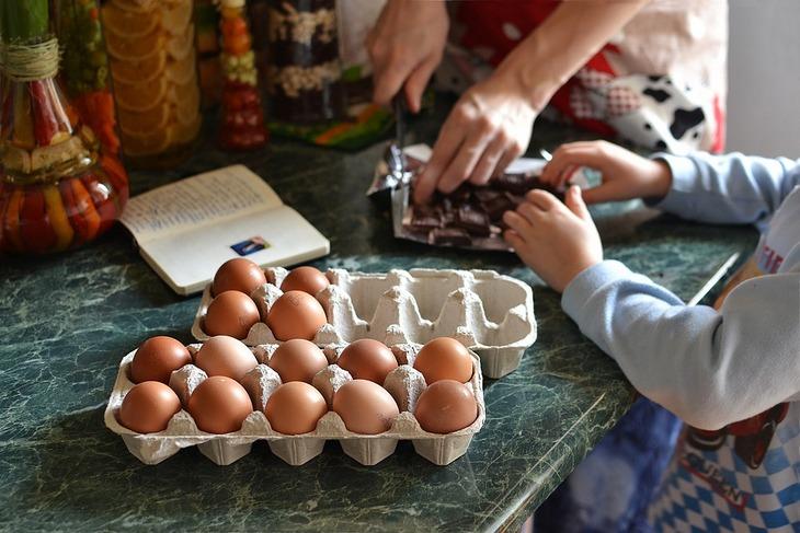 10 דרכים יצירתיות לגרום לילדיכם לאכול מזון בריא: אימא וילד מבשלים יחדיו