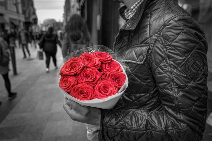טיפים לזוגיות מוצלחת ומאושרת: איש עומד ברחוב עם זר ורדים