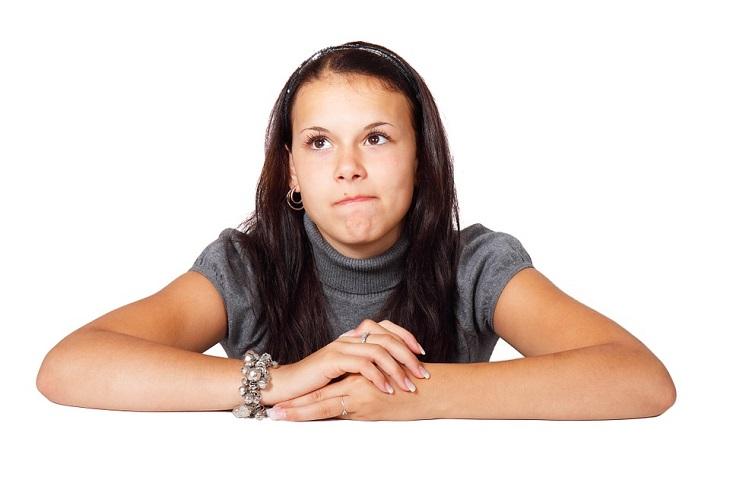 שאלות לבחינת יכולות קוגניטיביות: אישה משעינה ידיה על שולחן ומביטה כלפי מעלה