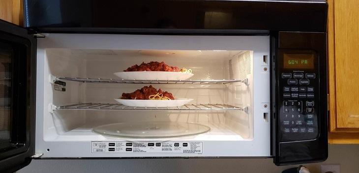 גאדג'טים למטבח: מיקרוגל משולב עם מדפים