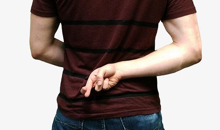 סימנים לבגידה: גבר שמשלב אצבעות מאחרי הגב