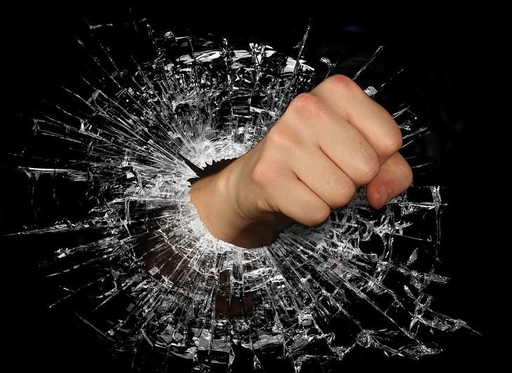 7 סוגי כעסים והסיבות שגורמות לכל אחד מהן: אגרוף חודר דרך זכוכית שמתנפצת