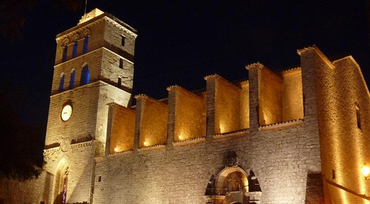 אטרקציות באיים הבלאריים: מבצר בעיר העתיקה של איביזה