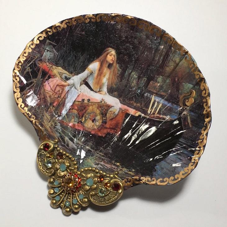 צדפות מעוצבות: צדפה עם ציור של אישה יושבת על מיטה