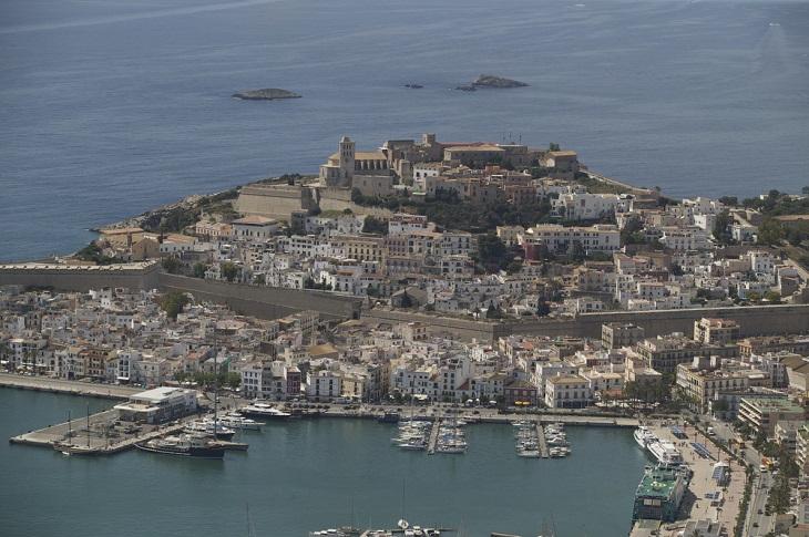 אטרקציות באיים הבלאריים: נופי העיר העתיקה של איביזה