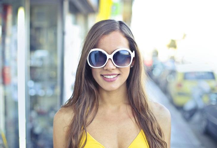 אירועים בירושלים 2019: אישה צעירה עם משקפי שמש