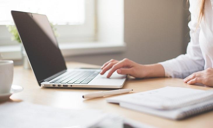 טיפול בשלפוחית רגיזה: אישה יושבת מול מחשב