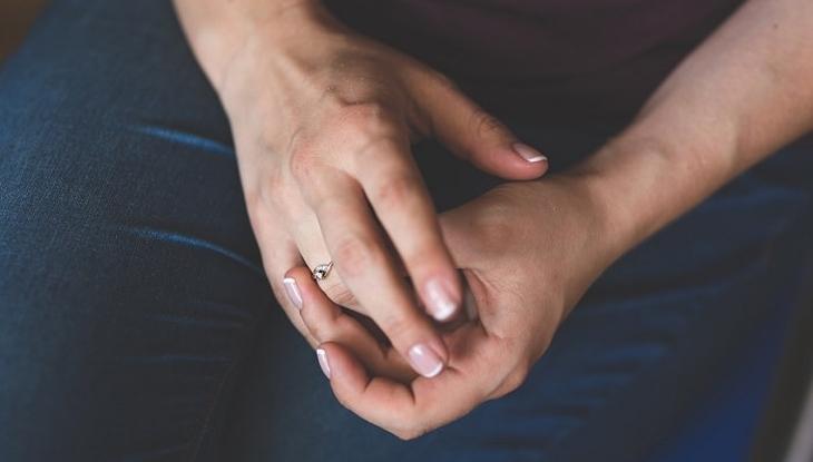 איך להחזיר לידיים מראה צעיר: ידיים של אישה צעירה