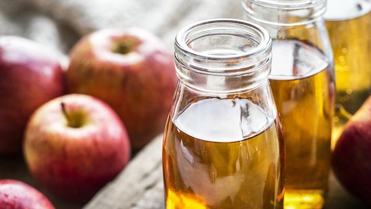 פתרונות טבעיים לשיער פגוע ויבש: תפוחים לצד בקבוקי סיידר תפוחים